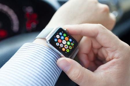 아루샤, 러시아 - 년 9 월 3, 2015 애플 시계 화면에 응용 프로그램 아이콘과 함께 차에 남자 손. 애플 시계를 만들어 애플 INC에 의해 개발되었다.