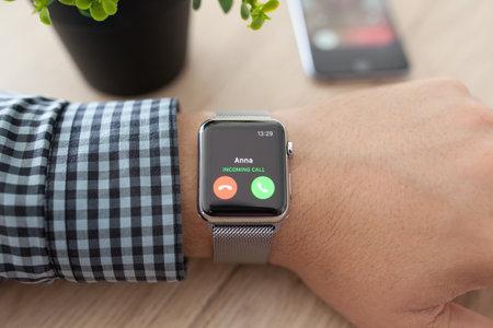 Alushta, Russie - 11 Août, 2015: Man main avec Apple Suivre et appel téléphonique sur l'écran. Apple Suivre a été créé et développé par Apple inc.