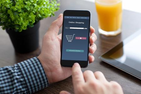 사업가 사무실에서 책상에 앉아 및 응용 프로그램과 함께 전화를 들고 온라인 화면에 쇼핑 스톡 콘텐츠