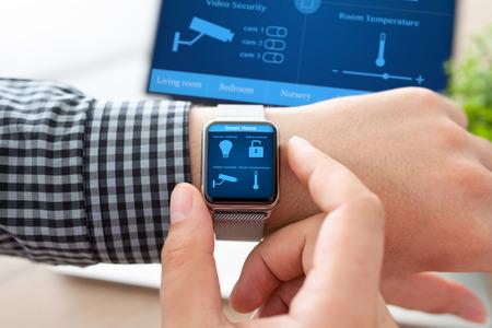 人間の手でコンピューターのプログラム スマート ホームを背景画面上で時計