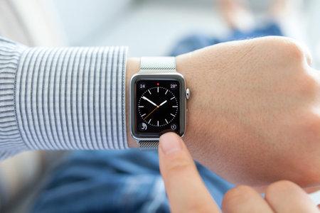 아루샤, 러시아 - 년 9 월 (24), 2015 남자 애플 시계와 손이 화면에 전화를 겁니다. 애플 시계를 만들어 애플 INC에 의해 개발되었다. 에디토리얼