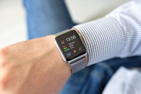 apfel: Alushta, Russland - 24. September 2015: Mann Hand mit Apple-Uhr im Haus. Apple-Uhr wurde von der Apple Inc erstellt und entwickelt.
