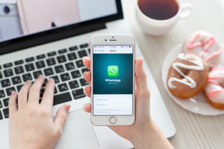 Alushta, Russie - 29 Octobre, 2015: Femme tenant iPhone6S en or rose avec service de réseautage social WhatsApp sur l'écran. iPhone 6S Rose d'or a été créé et développé par Apple inc. Éditoriale