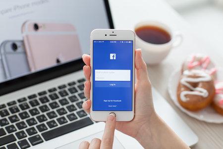 아루샤, 러시아 - 3 월 (29), 2015 : 여자가 화면에 소셜 네트워킹 서비스 페이스 북으로 iPhone6S 로즈 골드를 들고. 아이폰 6S 로즈 골드가 생성되어 애플 INC