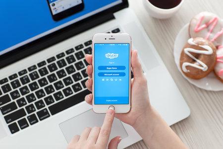 Alushta, Russie - 29 Octobre, 2015: mains femme tenant iPhone6S or rose avec l'application Skype sur l'écran. iPhone 6S Rose d'or a été créé et développé par Apple inc.