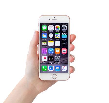 아루샤, 러시아 - 년 11 월 (12), 2015 iPhone6S 로즈 골드를 들고 고립 된 여자 손. 아이폰 6S 로즈 골드가 생성되어 애플 INC에 의해 개발되었다.