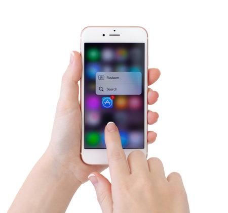 아루샤, 러시아 - 년 11 월 (13), 2015 기능 3D 터치와 iPhone6S 로즈 골드 및 응용 프로그램 애플 음악. 아이폰 6S 로즈 골드가 생성되어 애플 INC에 의해 개발되