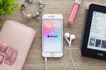 Alushta, 러시아 - 2015 년 11 월 5 일 : iPhone6S는 스크린에 Apple 음악이 포함 된 Rose Gold입니다. iPhone 6S Rose Gold는 Apple Inc.에서 개발 및 개발 한 제품입니다. 에디토리얼
