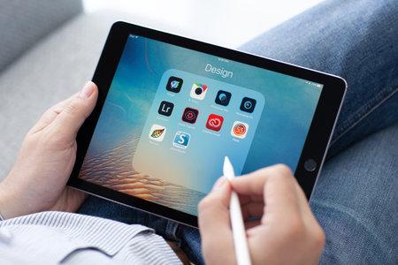 아루샤, 러시아 - 2016년 5월 14일 : 애플 연필 프로 손 아이 패드에 들고 남자입니다. 아이 패드 Pro는 만들어 애플 INC에 의해 개발되었다.