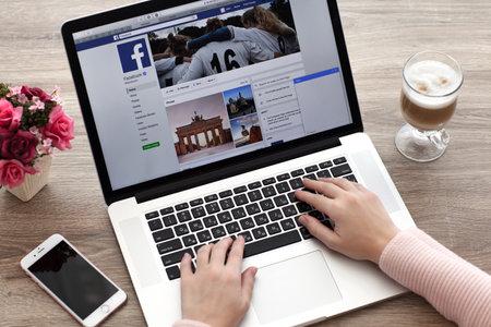 Alushta, 러시아 - 2016 년 10 월 20 일 : MacBook 및 iPhone 소셜 네트워킹 서비스 트위터 화면에서 여자. MacBook 및 iPhone은 Apple Inc.에서 개발 및 개발했습니다.