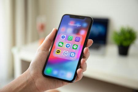 アルーシュタ、ロシア - 7月29、2018:画面上のソーシャルネットワーキングメッセンジャーとiPhone Xを保持している女性の手。iPhone 10はアップル社によって作成され、開発されました。