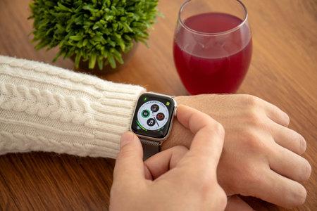 Aluschta, Russland - 4. November 2018: Mann Hand mit Apple Watch Series 4 im Haus. Apple Watch wurde von Apple Inc. erstellt und entwickelt.