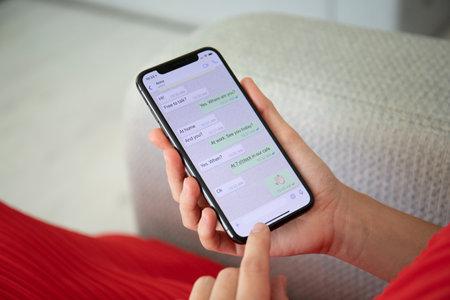 Alushta, Rusia - 27 de septiembre de 2018: Mujer sosteniendo el iPhone X con el servicio de redes sociales WhatsApp en la pantalla. El iPhone 10 fue creado y desarrollado por Apple inc.