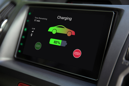 sistema multimediale eco auto elettrica touch con batteria in carica sullo schermo