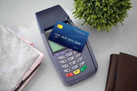 Plastic card payment purchase and pay pass online terminal in the store Imagens