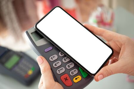 Compra de pago de mujer para teléfono con pantalla aislada y terminal en línea de pase de pago en la tienda