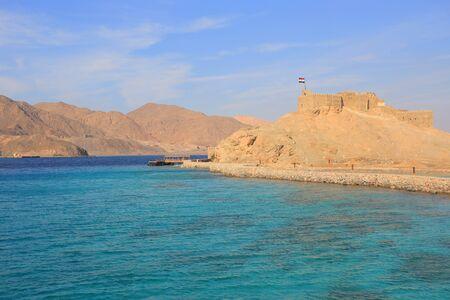 bandera de egipto: Isla del Faraón en Egipto Foto de archivo