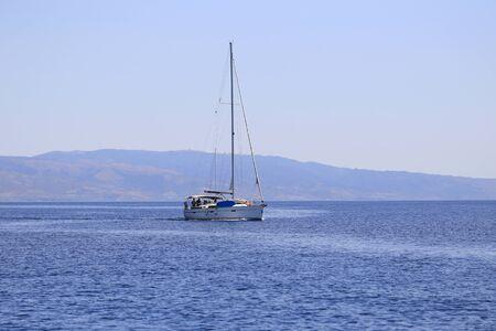 Segelyacht im Meer bei Tag