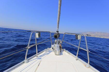 Segelyacht im Meer Standard-Bild