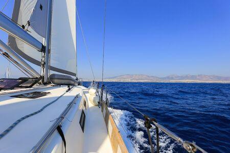 Vorderansicht der Segelyacht auf dem Meer