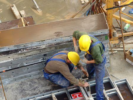 asamblea: Dos trabajadores de la construcci�n montaje de los elementos de refuerzo