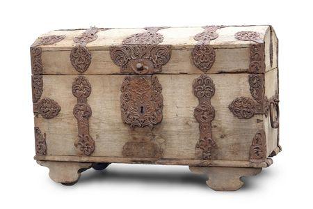 furniture hardware: Vieja madera pecho con herrajes ornamentales m�s de fondo blanco Foto de archivo