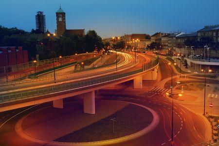 flyover: Nacht stoplicht trails gemaakt door voertuigen op twee niveau flyover - lange blootstelling