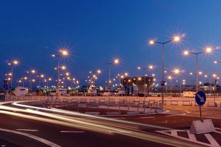 trails of lights: Lanterne a centro commerciale parcheggio illuminato di notte