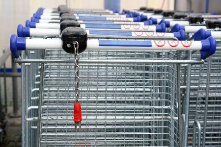 carretilla de mano: Filas de carros de la compra vacío