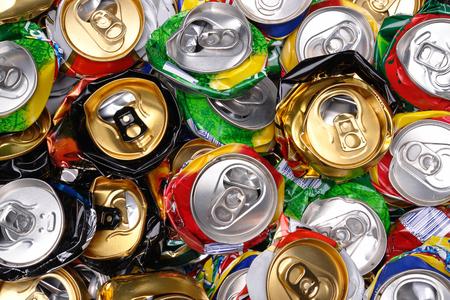 botes de basura: Fondo de las varias latas de cerveza estrelladas