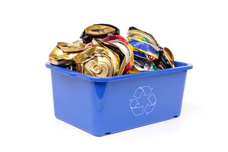 garbage bin: Basura de pl�stico azul con blanco bin symbolfull reciclaje de envases vac�os de cerveza, latas presionado - sobre fondo blanco