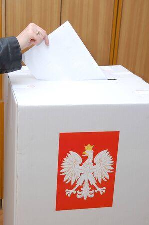 parlamentario: Votantes voto en urna en las elecciones parlamentarias en Polonia  Foto de archivo