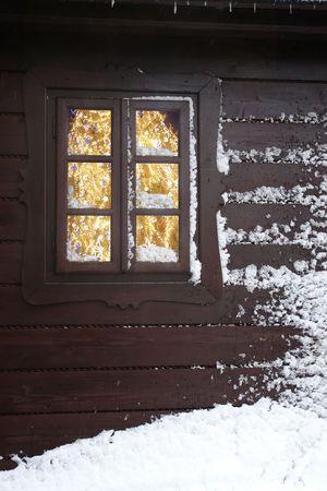 caba�a: �rbol de Navidad con luces visto a trav�s de una ventana de la cabina de madera