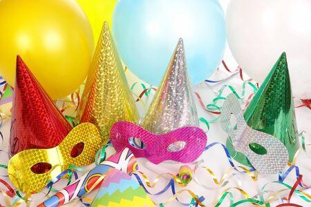 Vier cone streamers, ballonnen, feest mutsen en carnaval maskers  Stockfoto