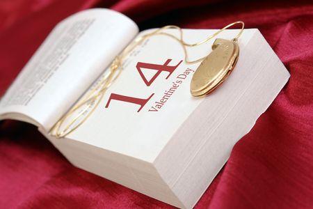 medaglione: Locket d'oro messi in calendario pagina indicando il giorno di San Valentino su sfondo satinato