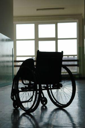 parking facilities: Silueta de vac�o en silla de ruedas aparcado en el hospital pasillo