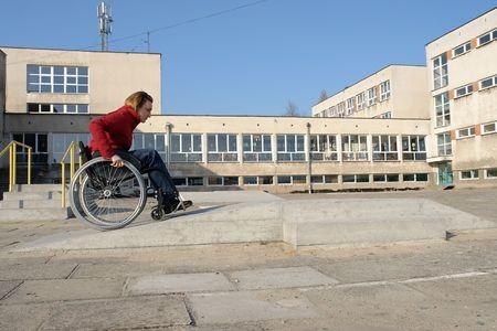 persona en silla de ruedas: Mujer a minusv�lidos en silla de ruedas practicar la equitaci�n en carrera de obst�culos para discapacitados