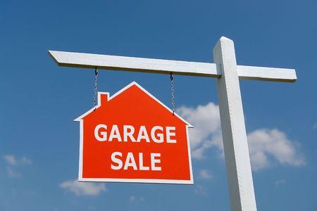 publicidad exterior: Pieza de madera de color blanco con rojo venta de garaje Tabl�n de anuncios de m�s de cielo azul