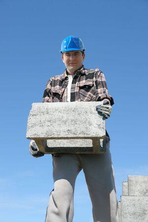 prefabricated buildings: Trabajador de la construcci�n en el casco azul de la ejecuci�n concreta encofrado bloque