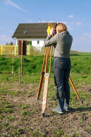 theodolite: Mujeres geodesist la realizaci�n de estudio geod�sicos utilizando altometer  Foto de archivo