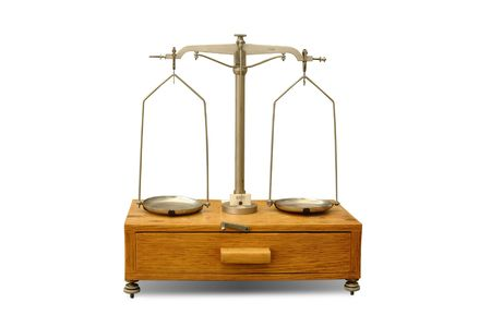 balanza de laboratorio: Antiguo equilibrio general en laboratorio aislado en el fondo blanco Foto de archivo