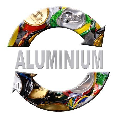 reduce reutiliza recicla: Dos flechas s�mbolo de reciclado de aluminio superpuesta con latas de cerveza se estrell� sobre fondo blanco  Foto de archivo