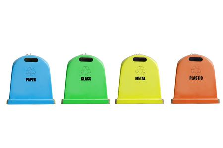 separacion de basura: Cuatro contenedores para reciclar papel, vidrio, metal y pl�stico aisladas en fondo blanco
