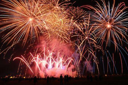 spectators: Los espectadores viendo colorido espect�culo de fuegos artificiales  Foto de archivo