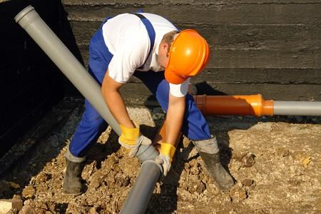 Loodgieter montage pvc rioleringsbuizen in huis stichting