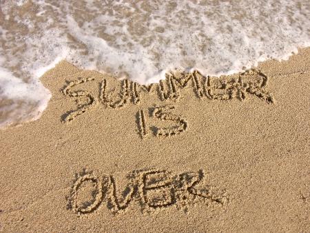 leasure: L'estate � finita - calligrafia sulla spiaggia di sabbia Archivio Fotografico