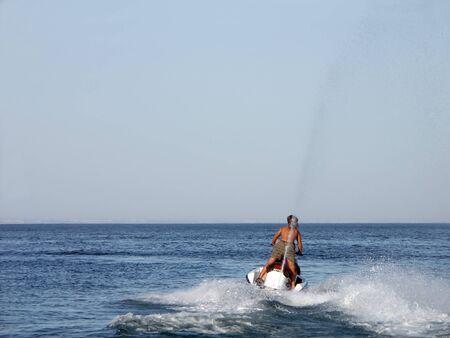 moto acuatica: J�venes un tipo de conducci�n de motos acu�ticas Foto de archivo