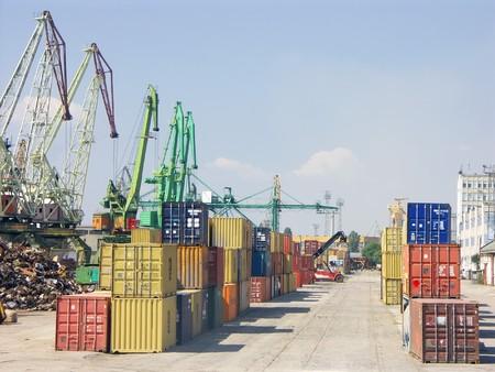 Contenedores de carga de metal de colores de espera para la carga en el puerto de transbordo Foto de archivo