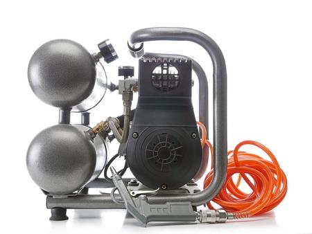 compresor: Compresor de aire portátil tiro en blanco Foto de archivo