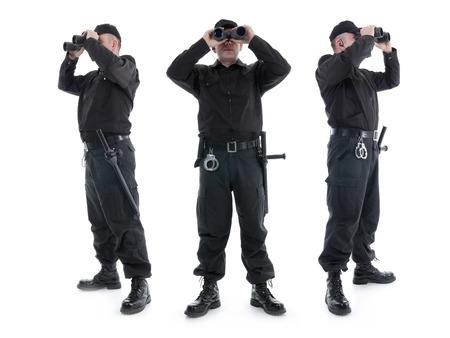 warden: Tres guardias de seguridad que usan uniforme negro mirando a trav�s de binoculares, en tres direcciones diferentes, rodado en blanco